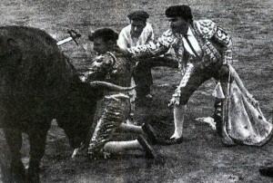 A Belmonte le decían que su toreo era mentira porque si no le mataría un toro. Él respondió tirándose al toro al grito de mátame!!