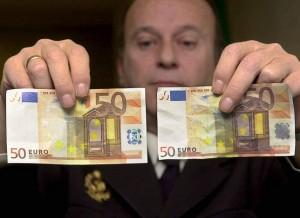 3 el billete de la derecha es falso
