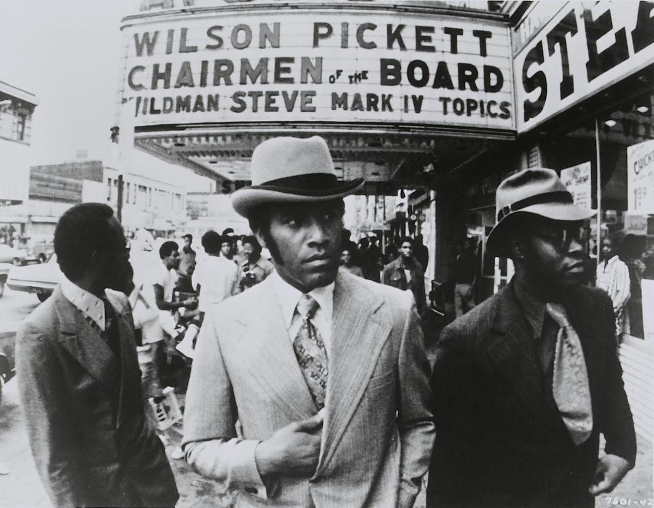 Excesos sino todo lo contrario himes critica furiosamente el racismo que sufren los negros en am rica en aquellos a os y en 1953 pone oc ano de por medio